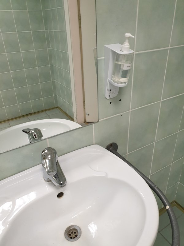 Ziepju, šampūna, dezinfektanta dozators 300 ml sienas variants balts tualetei